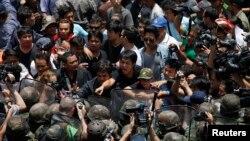 쿠데타 반대 시위대와 군대가 25일 방콕의 상가 근처에서 대치하고 있다.