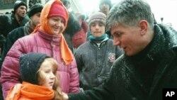Zoran Djindjić obraća se devojčici na opozicionoj proslavi Nove godine na Trgu republike 31. decembra 1996.