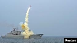 Un misil es lanzado desde el mar. Israel reconoció haber hecho lanzamientos de prueba en el Mar Mediterráneo.