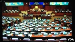 CPP party lawmakers voted to approve the drafts of the amended election laws at the National Assembly, Monday, October 16, 2017. (Kann Vicheika/VOA Khmer)