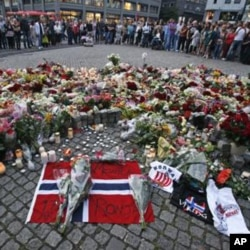 挪威民众悼念两起恐怖袭击事件的死难者