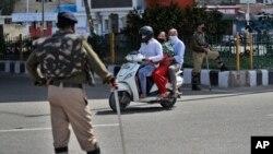 အိႏၵိယႏုိင္ငံ Jammu ၿမိဳ႕မွာ တုတ္ျဖင့္ ရပ္ေစာင့္ေနတဲ့ ရဲ၀န္ထမ္းမ်ား (သတင္းဓာတ္ပံု - မတ္ ၂၆၊ ၂၀၂၀)