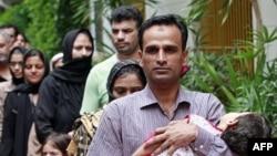 96 người tỵ nạn Hồi giáo thiểu số người Pakistan, trong đó có nhiều phụ nữ và trẻ em, được thả khỏi một trại tạm giam ở Bangkok Thái Lan, ngày 6/6/2011