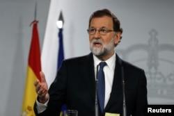 지난 21일 긴급 내각회의 소집한 마리아노 라호이 스페인 총리가 카탈류냐 사태와 관련해 기자회견을 하고 있다.