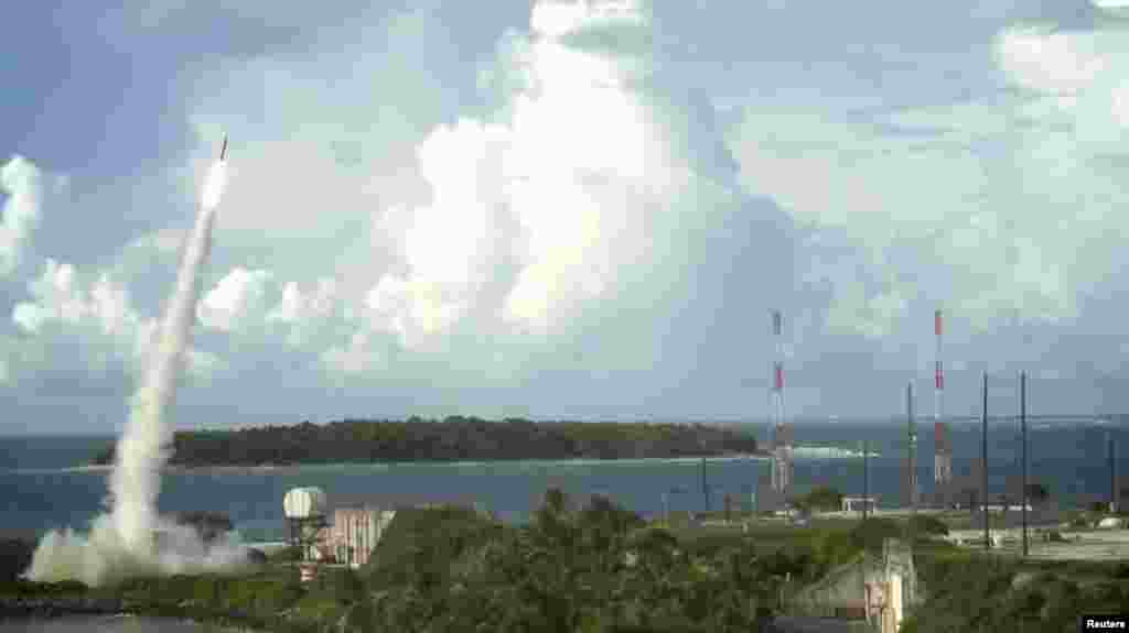 美国国防部提供的图片显示,萨德反导弹系统发射拦截弹,成功试射(资料照)。美国导弹防御局说,7月11日试验中,模拟的来犯的弹道导弹是从一架在夏威夷北面太平洋上空飞行的喷气战斗机上发射出去的,部署在美国最西北部的阿拉斯加州的萨德反导系统发现、跟踪和拦截了这个目标。这次试验是美国首次用萨德击落一枚中程弹道导弹。中程弹道导弹飞行的速度和拦截难度都要比短程导弹大很多。美国导弹防御局说,萨德反导系统在应对中程导弹威胁的成功,强化了美国对付朝鲜等国家导弹威胁的防御能力,也是对广泛的战略遏制体系的一个贡献。