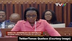 Une image de la télévision mozambicaine montre la magistrate Beatriz Buchili devant l'Assemblée nationale, Maputo, 18 avril 2017. (Twitter/Tomas Queface)
