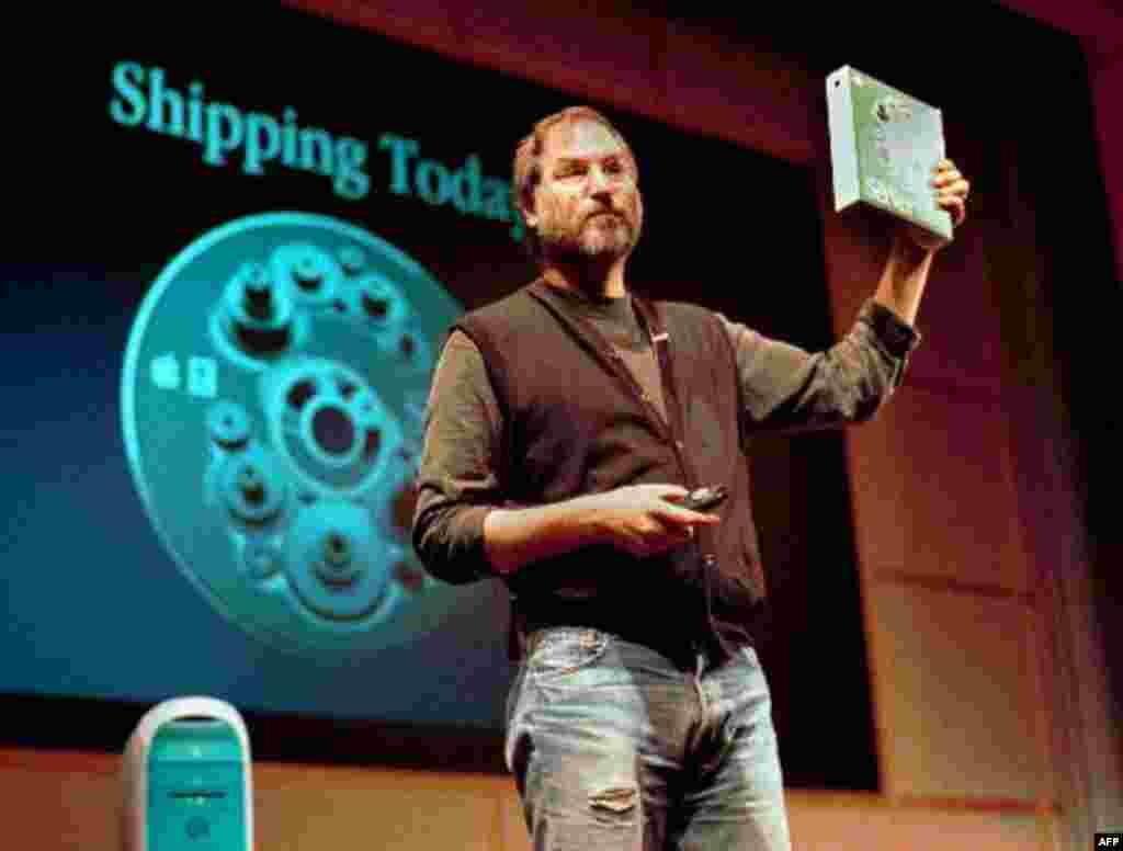 Steve Jobs, president dhe drejtor ekzekutiv i firmës Apple Computer, duke mbajtur në dorë programin e ri OS X gjatë një konference shtypi më 16 mars 1999, në Cupertino të Kalifornisë. (AP Photo/Ben Margot)