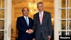 Thủ tướng Nguyễn Xuân Phúc (trái) bắt tay Thủ tướng Lý Hiển Long trong chuyến thăm chính thức Singapore ngày 25/4/2018.