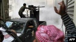 شام کی باغی فوج کا رکن فائرنگ کررہاہے(فائل)
