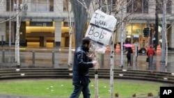 """Čovek nosi parolu """"Ja sam uz Boba i imigrante"""", koja se odnosi na državnog tužioca Vašingtona Boba Fergusona, ispred federalnog suda u Sijetlu 3. februara 2017."""