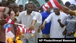 14일 모잠비크의 회교도 사원 앞에서 미 성조기를 태우는 캐냐의 무슬림들.