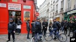 法国警察在巴黎犹太社区骑自行车巡逻。(2015年1月12日)