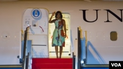 Michelle Obama waved hands upon her arrival at Siem Reap International Airport. (Photo: Neou Vannarin for VOA)