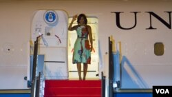 Michelle Obama waved hands upon her arrival at Siem Reap International Airport. (Photo: Neou Vannarin for VOA Khmer)