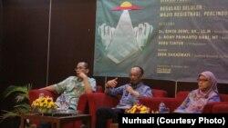 Dari kanan: Sinta Dewi Rosadi (Cyber Law Center, Fakultas Hukum Universitas Padjajaran),Heru Tjatur (kumparan.com), Rony Primanto (Kadin Kominfo DIY), dalam diskusi seputar registrasi nomor telepon seluler di Yogyakarta. (Foto: Nurhadi)
