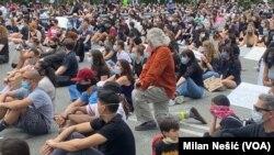 Građani tokom protesta u lokalnoj biblioteci Koni Morela