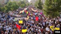 Diyarbakır'da demokratikleşme paketine karşı yapılan eylemden bir kare