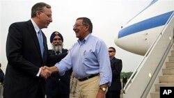 리언 파네타 미 국방장관(오른쪽)과 비행장에서 환영하는 싱가포르 주재 미 대사 데이비드 아델만.