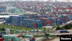 上海集装箱港口 (资料照片)