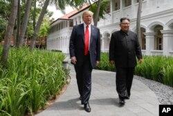 在新加坡聖陶沙的嘉佩樂酒店(Capella Hotel) 舉行美國北韓峰會期間,美國總統川普與北韓領導人金正恩在午飯後散步。(2018年6月12日)
