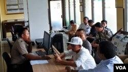 Marzuki Mohamad (topi putih) diminta keterangannya di Polda DIY terkait laporan yang dia berikan. (VOA/Nurhadi)