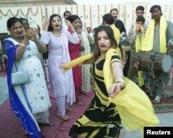 بسنت کا تہوار خواتین بھی روایتی انداز میں مناتی ہیں۔