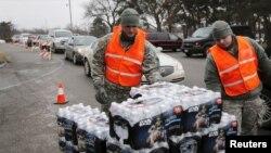 Pasukan garda nasional AS membagikan air botol kepada warga di kota Flint, Michigan setelah air minum setempat mengandung tingkat toksik timah yang tinggi (foto: dok).
