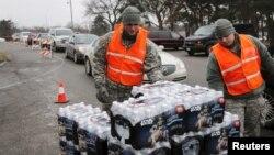 Pripadnici Nacionalne garde dele flaširanu vodu stanovnicima Flinta, u Mičigenu