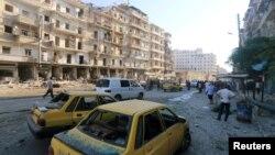 지난달 1일 시리아 북부 알-밥에서 공습으로 파괴된 건물과 차량들. (자료사진)