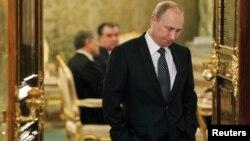 Tổng thống Nga Vladimir Putin chờ để gặp Tổng thống Kazakhtan Nazarbayev tại hội nghị của Tổ chức Hiệp ước An ninh Tập thể