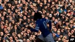 Les supporteurs se protégeant les yeux contre le soleil lors d'un match de Premier League entre Everton et Southampton, au stade de Goodison Park, Liverpool le 29 décembre 2013.