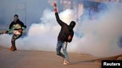 Warga Kashmir bentrok dengan pasukan keamanan India dalam unjuk rasa di Srinagar (foto: ilustrasi).