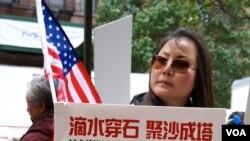 活动组织人称,周六纽约时报广场会有另一场更大规模的示威。(美国之音方方拍摄)