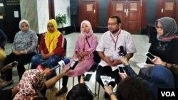 Jumpa pers yang diajukan pemohon atas uji materi UU perkawinan di Mahkamah Konstitusi, Jakarta hari Kamis (13/12). (VOA/Fathiyah)