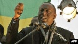 Un opposant sénégalais à la candidature du président Abdoulaye Wade pour un troisième mandat et leader du mouvement du 23 juin (M23), Cheikh Tidjane Gadio, prend la parole, à Dakar, le 5 février 2012.