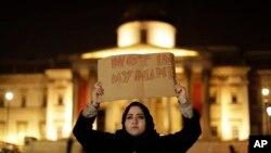 在伦敦发生袭击地点举行的烛光纪念活动
