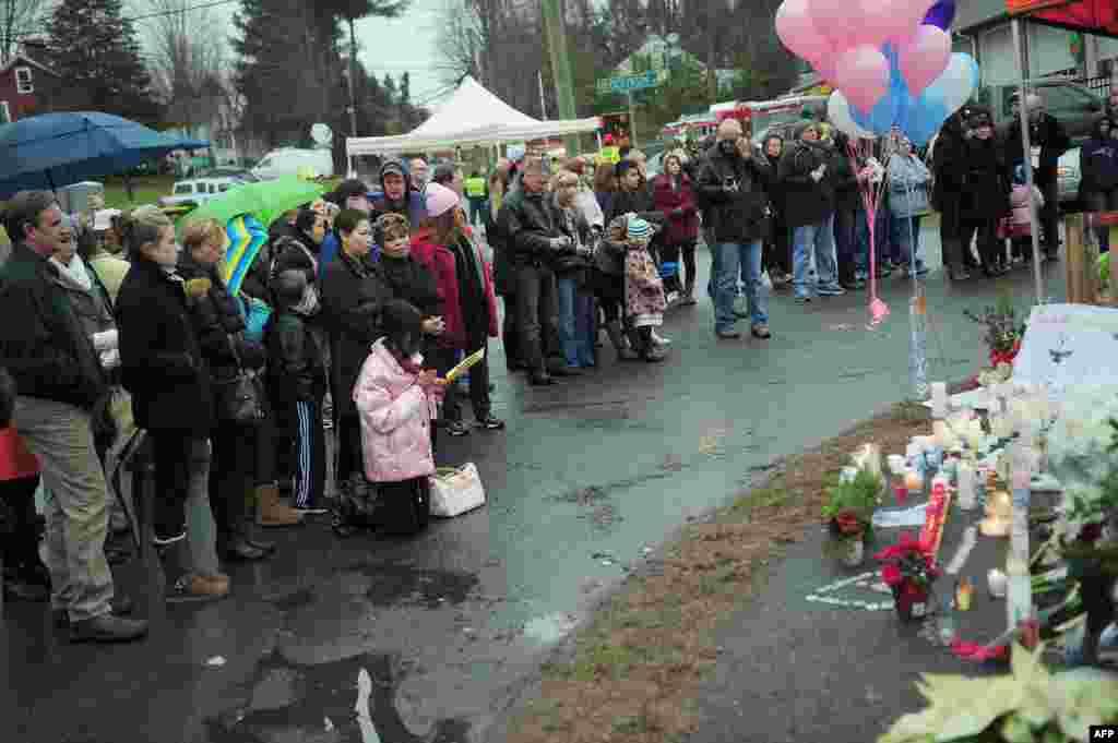 L'émotion se lisait sur les visages devant ce mémorial aux victimes du massacre de vendredi dernier