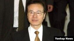 아베 신조 일본 총리의 외교 책사로 평가받는 야치 쇼타로 일본 국가안전보장 국장이 21일 방한한다. 사진은 야치 국장이 지난 2006년 방한 당시 외교부 청사로 들어서는 모습.