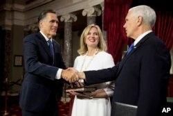 隨著第116屆國會開始工作,在參議院的一次模擬宣誓儀式上,副總統彭斯與參議員羅姆尼握手。