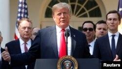 Presiden Amerika Donald Trump memberikan pernyataan di Rose Garden, Gedung Putih hari Senin pagi (1/10).