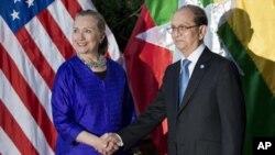 13일 캄보디아에서 회담전에 테인 세인 버마 대통령과 악수를 나누는 힐러리 클린턴 미 국무장관