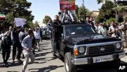 2013年9月28日﹐在伊朗總統魯哈尼從美國返回德黑蘭之際,一名抗議者靠近他的專車。