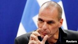 Menteri Keuangan Yunani Yanis Varoufakis berbicara kepada wartawan setelah pertemuan menteri keuangan zona Eropa di Brussels, Belgia (16/2). (Reuters/Francois Lenoir)