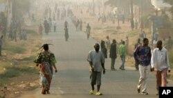 Des Congolais marchent dans une rue de Mbuji-Mayi, la ville où a été tué le journaliste, en RDC, le 30 juillet 2006.