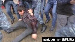 Ереван. Полиция задерживает одного из манифестантов, 21 апреля 2018