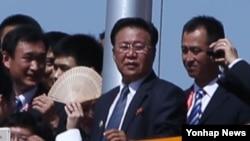 북한 최룡해 노동당 비서가 3일 중국 베이징 톈안먼 성루 위에서 방중 대표단 일행으로 보이는 사람들과 함께 전승절 70주년 열병식을 지켜보고 있다.