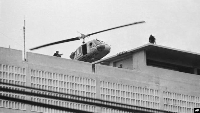 Một máy bay của Thủy Quân Lục chiến Mỹ cất cánh từ nóc Tòa Đại sứ Hoa Kỳ tại Sài Gòn, Việt Nam, ngày 30/4/1975. (AP Photo/Phu)