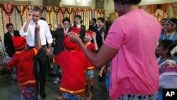 奥巴马夫妇和孟买学生跳舞庆祝光明节