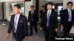 지난 22일 북한대표단이 2014인천아시아경기대회 주경기장을 방문해 곳곳을 둘러보고 있다.