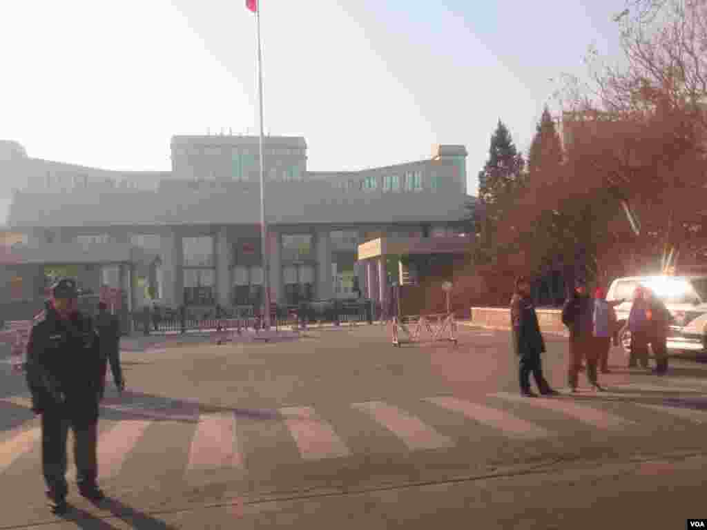 北京一中院前,警方不准市民和记者靠近。 ( 美国之音东方拍摄)